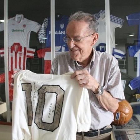 Aos 85, o historiador teve que vender a camisa para manter Pele Museu