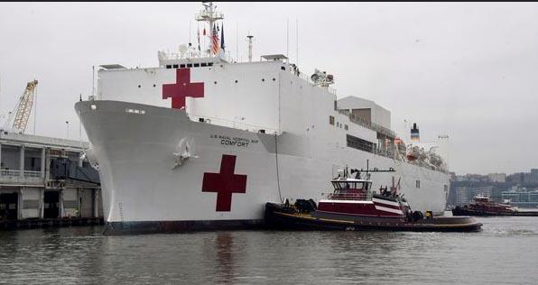 O navio-hospital USNS chegou em Nova York