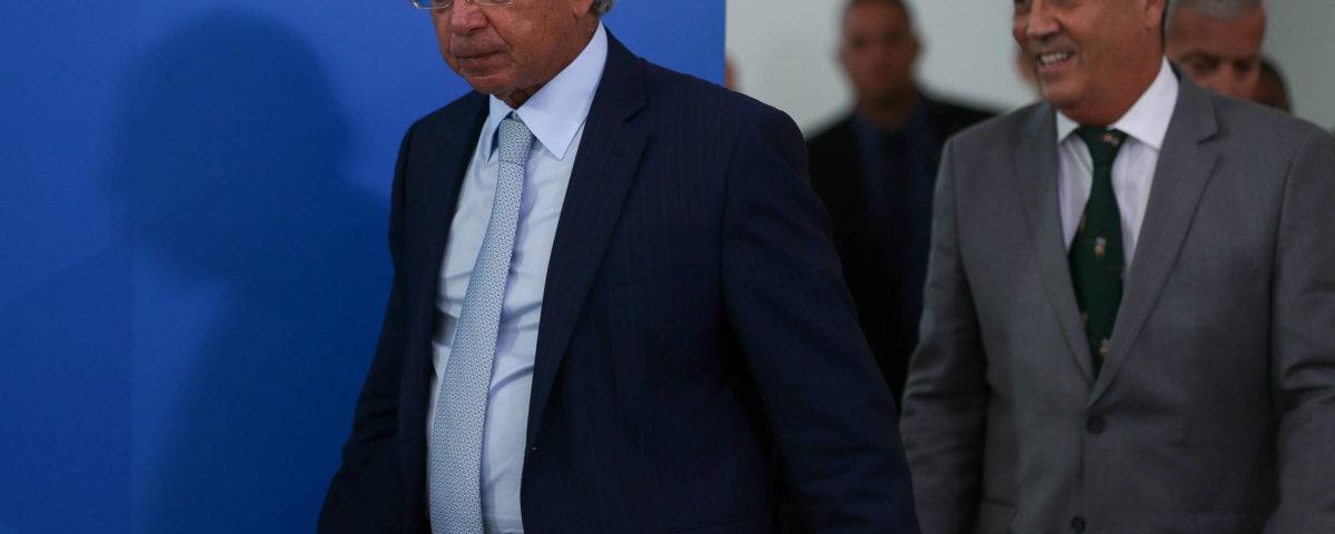 """Em meio aos rumores de demissão, Bolsonaro diz que Guedes é o """"homem que decide a economia""""."""
