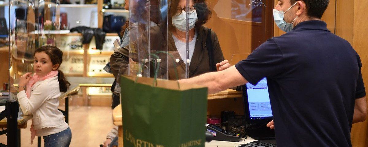 França reabre lojas e exige máscara no transporte público