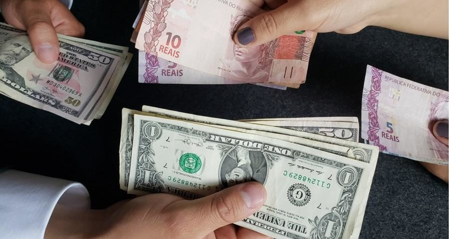 O dólar chega a ser vendido a R $ 6,91 nas casas de câmbio, e o aumento gera uma corrida pelo repatriamento de dinheiro