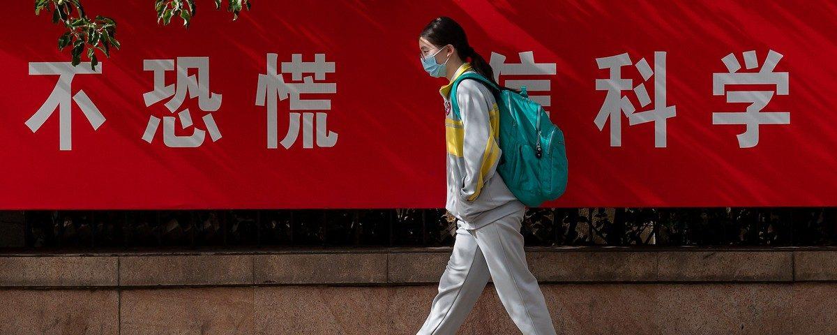 Estudantes chineses retornam à escola com pulseira eletrônica para detectar nova infecção por coronavírus