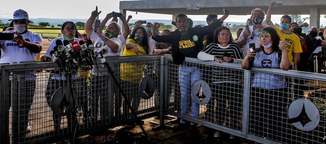Apoiantes de Bolsonaro assediam jornalistas em Brasília