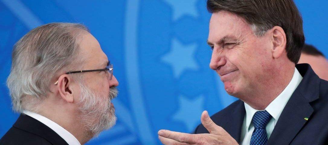 Bolsonaro cumprimenta com a vaga no Supremo Tribunal Federal de Aras, que o investiga
