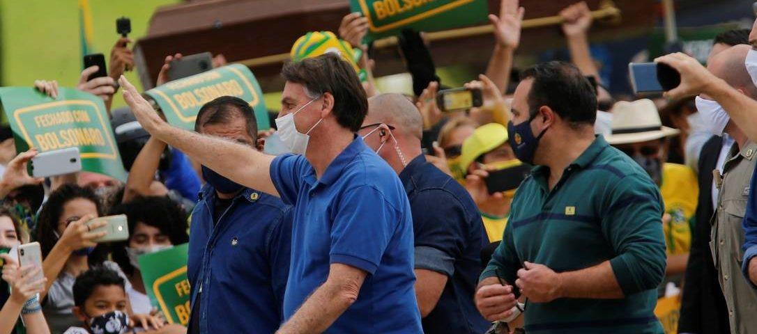 Bolsonaro leva ministros a manifestação em frente ao Planalto