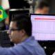 Ibovespa fecha ligeiramente com Petrobras e NY, mas exportadores atenuam perda