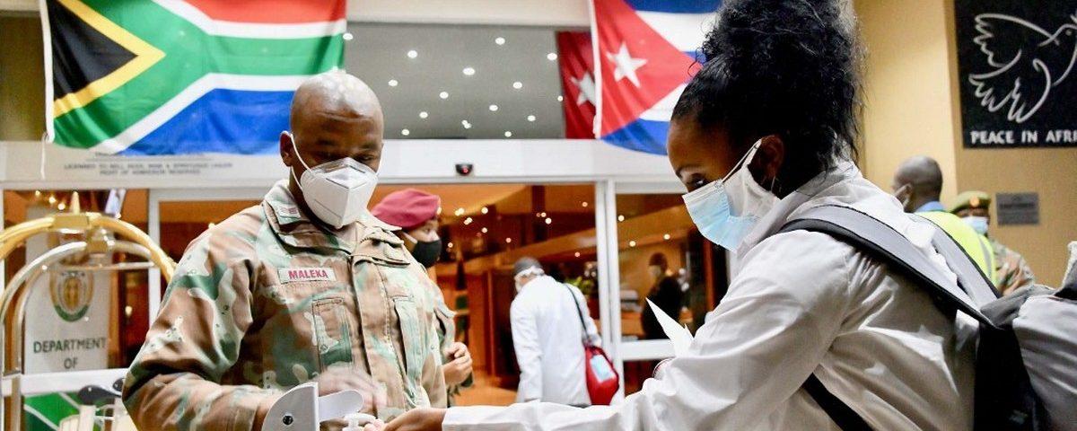 Mais de 200 médicos cubanos vêm à África do Sul para combater o coronavírus