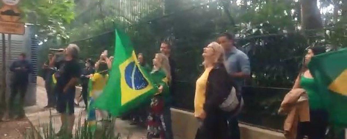 Manifestantes protestam contra ministro do STF em SP e polícia são chamados