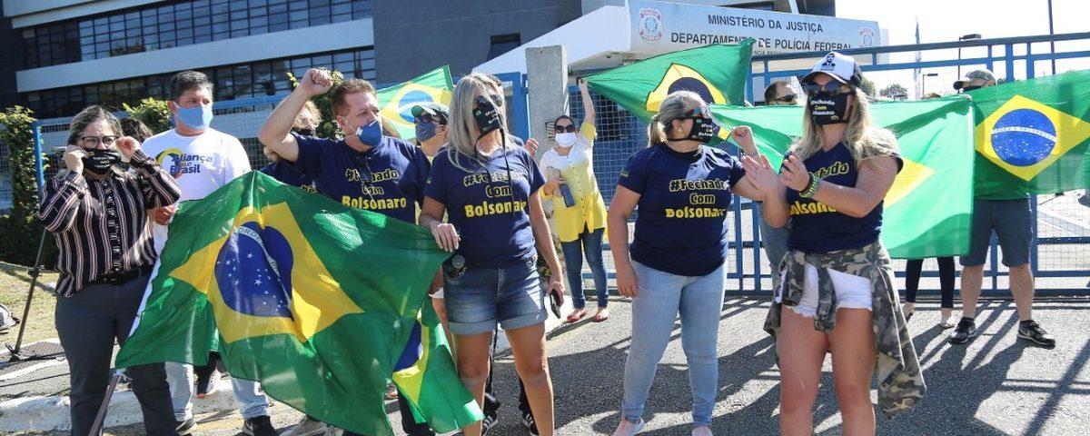 Manifestantes se reúnem em frente à PF para a chegada do ex-ministro Sérgio Moro, em Curitiba