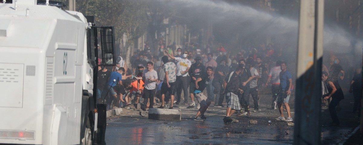 Polícia e manifestantes chilenos se chocam em Santiago; bairro enfrenta escassez de alimentos