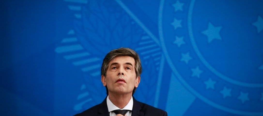 O ministro Nelson Teich é isolado com críticas de dentro e de fora do governo.