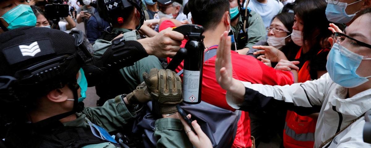 Polícia de Hong Kong prende 300 em novo protesto contra leis de segurança