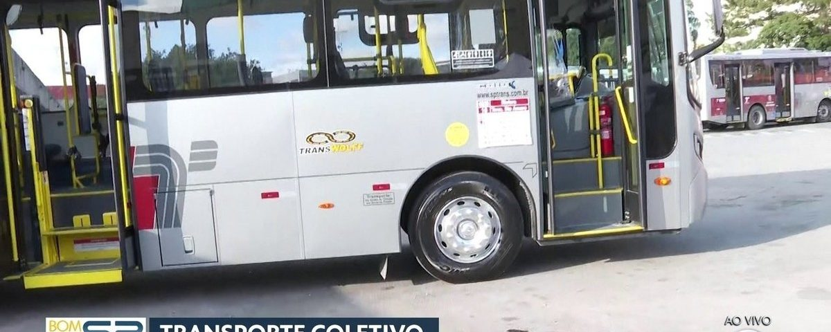 Prefeitura de São Paulo desinfeta terminais de ônibus para combater o coronavírus