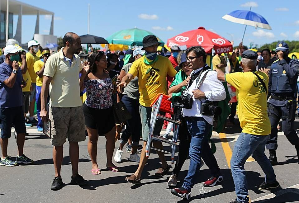 """""""Se houve um ataque, é alguém infiltrado, louco, ele deve ser punido"""", diz Bolsonaro sobre um ataque a jornalistas em ação."""