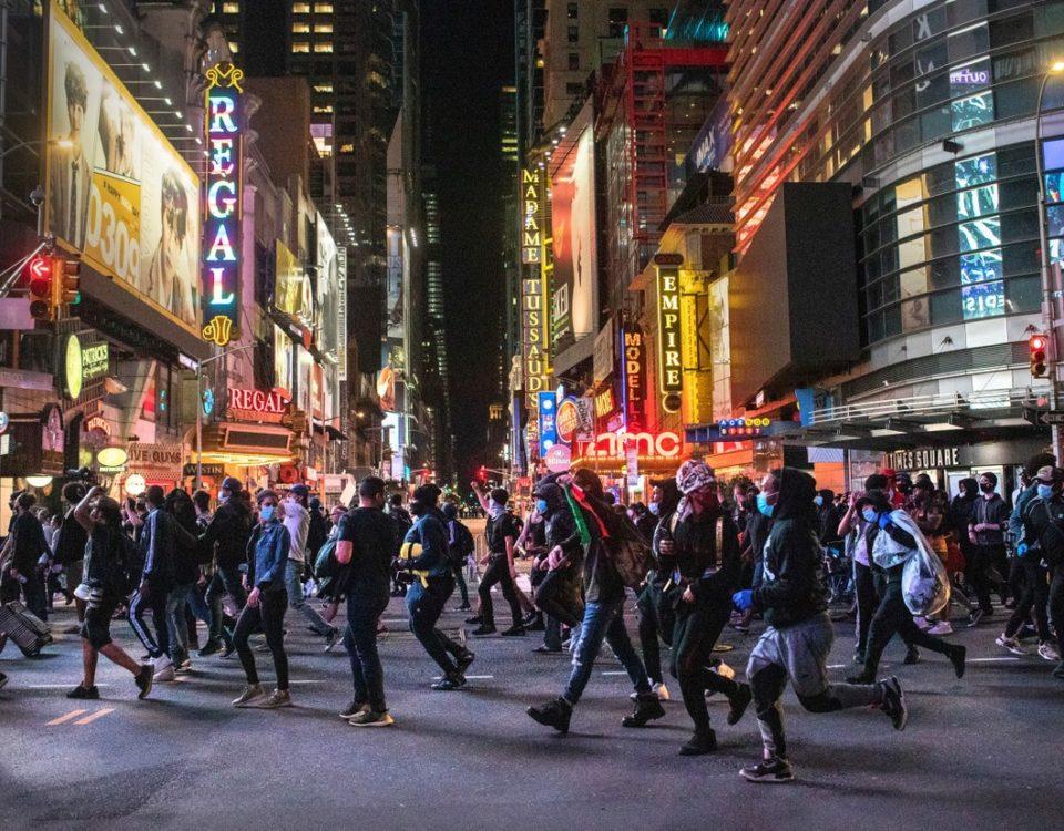 Os protestos continuam em várias cidades dos EUA. EUA Apesar da ameaça de Trump de enviar o exército